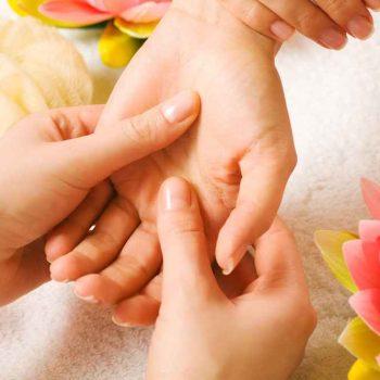 dłonie po odmładzaniu kwasem hialuronowym